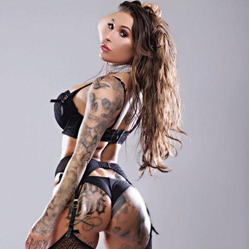 vrouwelijke stripper Samanta met tattoo