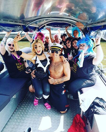 mannelijke strippers op boot bij vrijgezellenfeest