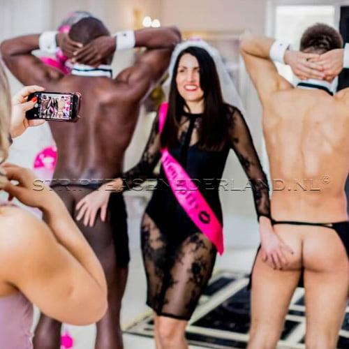 rent a naked butler voor een fotoshoot op vrijgezellenfeest